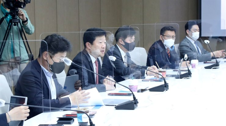 Figure Officials of the Korea Chamber of Commerce and Industry (KCCI) participate in a forum about ESG management criteria at the KCCI Headquarters in Seoul in this May 24 photo. Yonhap