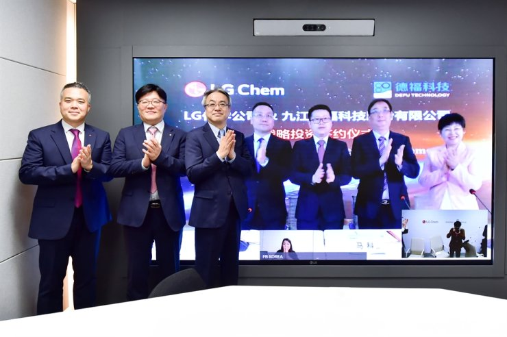LG Chem Senior Vice President Nam Chul, third from left, and DeFu Ma Ke, owner of Jiujiang DeFu Technology, second from right, pose for a commemorative photo at the investment signing ceremony, Sunday. Courtesy of LG Chem