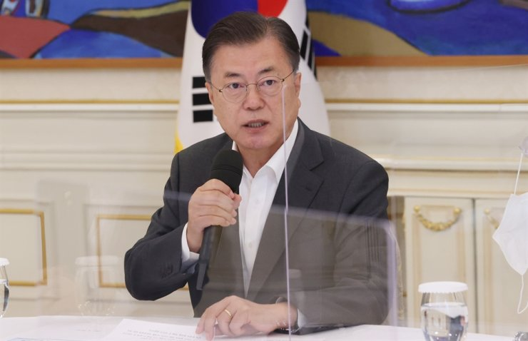 President Moon Jae-in speaks during a luncheon with party leaders at Cheong Wa Dae, Wednesday. Moon said it may be difficult to carry out a South Korea-U.S. military joint drill that involves a large number of military personnel, due to the current pandemic situation. Yonhap