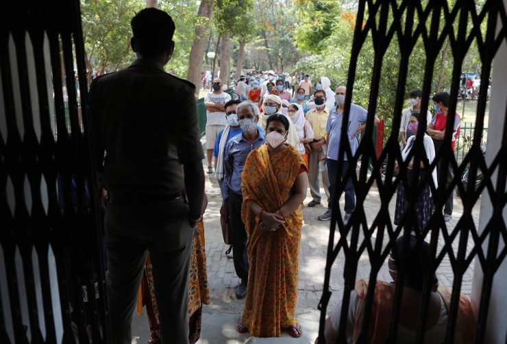 Indians line up to receive the vaccine for COVID-19 at a medical college in Prayagraj, India, May 8. AP-Yonhap
