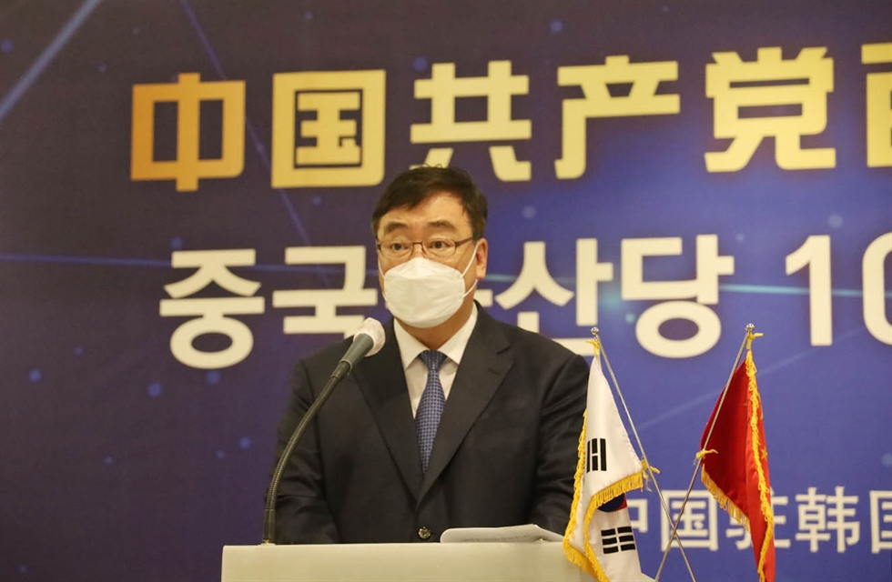 From left, Industry and Trade Minister Moon Sung-wook, Foreign Minister Chung Eui-yong and Health Minister Kwon Deok-cheol enter a briefing room of the foreign ministry in Seoul, Tuesday, for an online joint briefing on the results of last week's summit between President Moon Jae-in and U.S. President Joe Biden. Yonhap