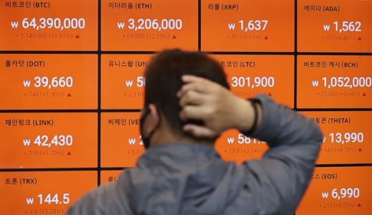 A man watches prices changes of cryptocurrencies, May 3. Yonhap
