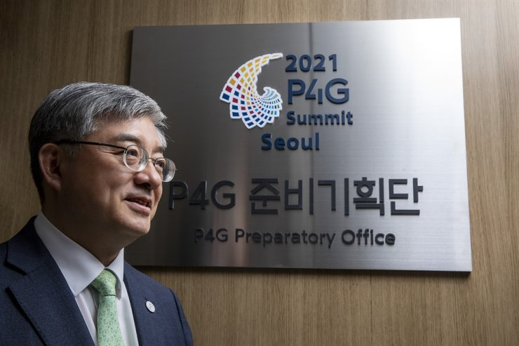 Yoo Yeon-chul, executive director of the 2021 P4G Seoul Summit Preparatory Office, poses at his office in Seoul, Thursday. Korea Times photo by Shim Hyun-chul