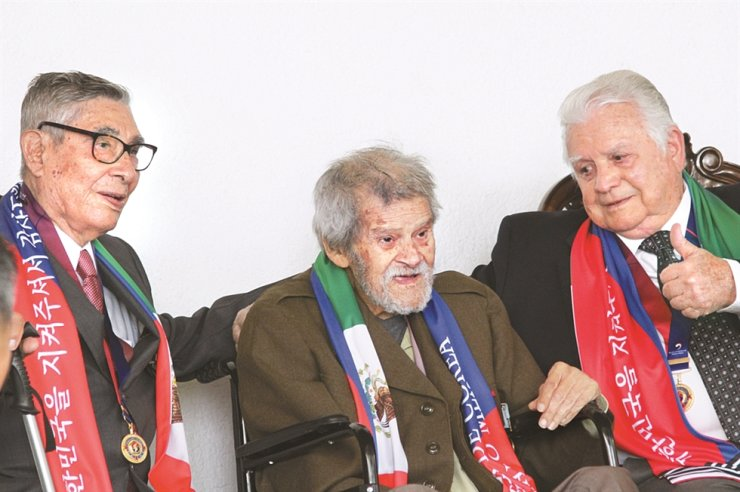 Jose Villarreal, center, the late president of the Korean War Veterans Association in Mexico / Courtesy of Ministry of Patriot and Veterans Affairs