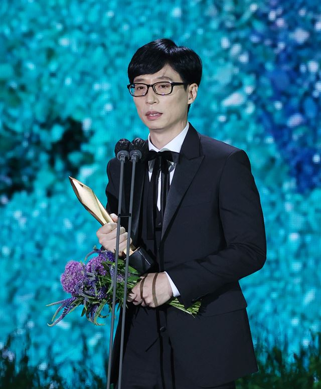Lee Joon-ik, director of period film 'Book of Fish,' gives an acceptance speech after winning the grand prize at the 57th Baeksang Arts Awards. Yonhap