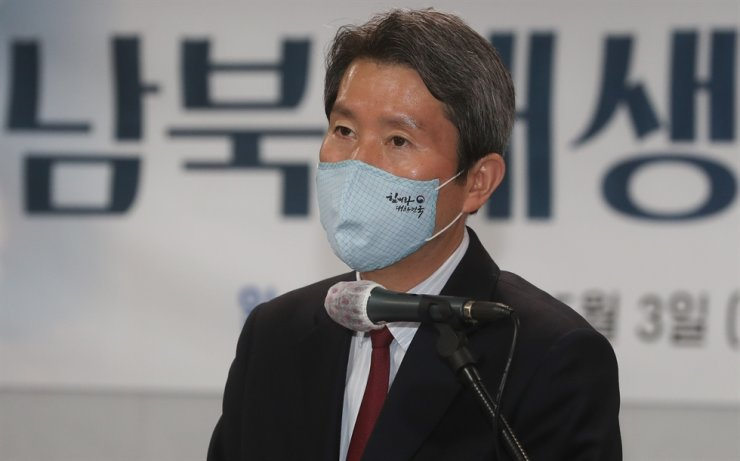 Unification Minister Lee In-young speaks during a forum on May 3 in Yeouido in Seoul's Yeongdeungpo District about how two Koreas can cooperate on expanding the use of renewable energy resources. Yonhap