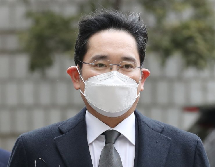 Samsung Electronics Vice Chairman Lee Jae-yong arrives at Seoul High Court, Jan. 18, 2021, for a final hearing in his trial on charges of giving bribes to President Park Geun-hye and her longtime confidante Choi Soon-sil, to win government support for a smooth transfer of management control from his father. Yonhap