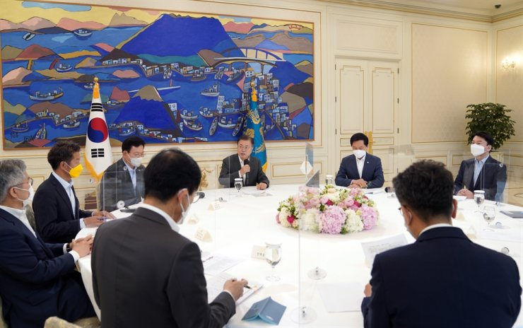 President Moon Jae-in speaks during a meeting with party leaders at Cheong Wa Dae in Seoul, May 26. Yonhap
