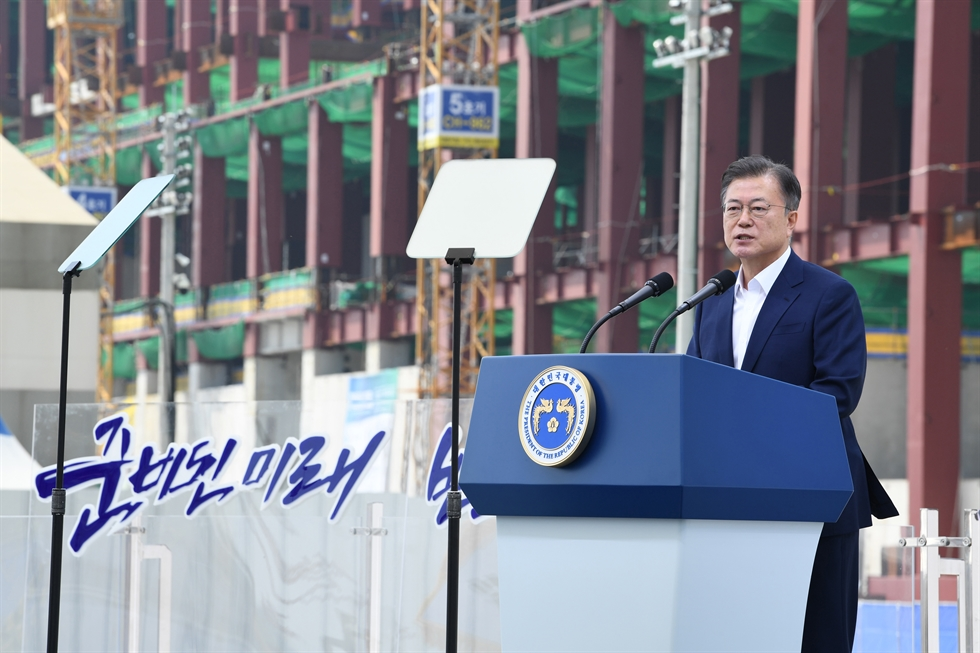 President Moon Jae-in, fourth from right, poses with government officials and business executives during an event announcing a development plan for the country's semiconductor industry at Samsung Electronics' plant in Pyeongtaek, Gyeonggi Province, Thursday. Korea Times photo by Wang Tae-seok