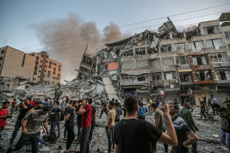 Palestinians inspect the rubble of the destroyed Al-Shorouq tower after an Israeli strike in Gaza City, May 12. EPA-Yonhap