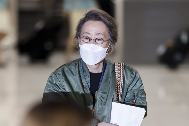 Actress Youn Yuh-jung arrives at Incheon International Airport, May 8, two weeks after winning an Oscar for her role in the film 'Minari.' Yonhap