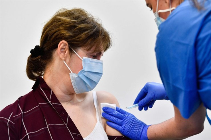 An agricultural worker receives a jab of the J&J/Janssen Covid-19 vaccine at a vaccination centre in Alcarras, near Lleida, on May 22, 2021. /AFP-Yonhap