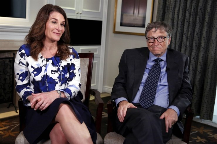 In this Feb. 22, 2016, file photo, Microsoft co-founder Bill Gates and his wife Melinda sit during an interview in New York. Bill Gates left the Microsoft board in 2020 as the board pursued an investigation into his romantic relationship with a female employee, the Wall Street Journal reported Sunday. Reuters-Yonhap