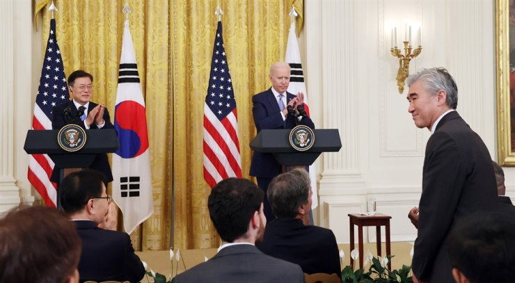 President Moon Jae-in and U.S. President Joe Biden applaud after the U.S. leader announces the appointment of Acting Assistant Secretary of State Sung Kim, right, as 'U.S. special envoy for the DPRK,' during a joint news conference in the East Room of the White House, Washington, D.C., Friday (local time). Yonhap