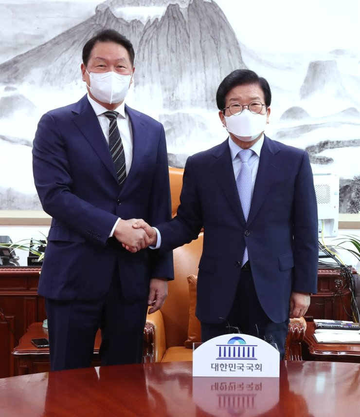 Chey Tae-won, left, chairman of the Korea Chamber of Commerce and Industry (KCCI) and also chairman of SK Group, shakes hands with National Assembly Speaker Park Byeong-seug during his first visit to the National Assembly, Thursday, after taking office at the KCCI in March. Chey also met with floor leaders of the ruling and opposition parties to discuss ways to increase cooperation among private firms, the National Assembly and the government. Courtesy of KCCI