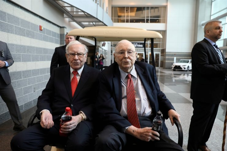 Berkshire Hathaway Chairman Warren Buffett, left, and Vice Chairman Charlie Munger are seen at the annual Berkshire shareholder shopping day in Omaha, Neb., May 3. Reuters-Yonhap