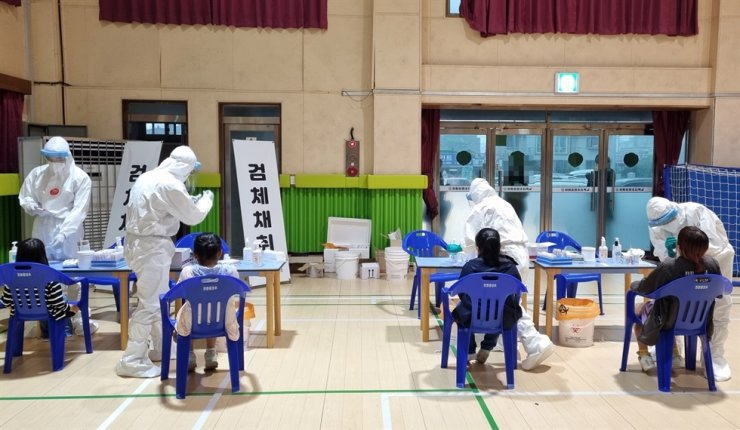 Children get tested for COVID-19 at an elementary school in Seocheon, South Chungcheong Province, May 28. Yonhap