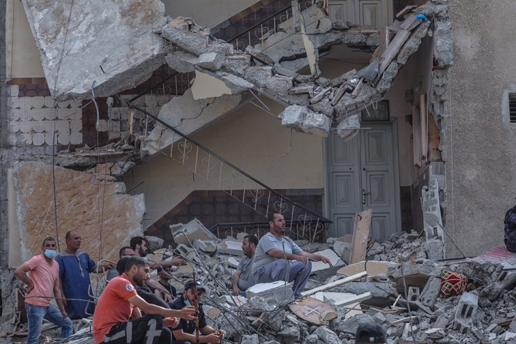 Palestinian people search for people between the rubble of destroyed houses after an Israeli air strike in Gaza City, May 16. Thirteen Palestinians were killed and more than 40 others wounded after an Israeli air strike in Gaza. EPA-Yonhap