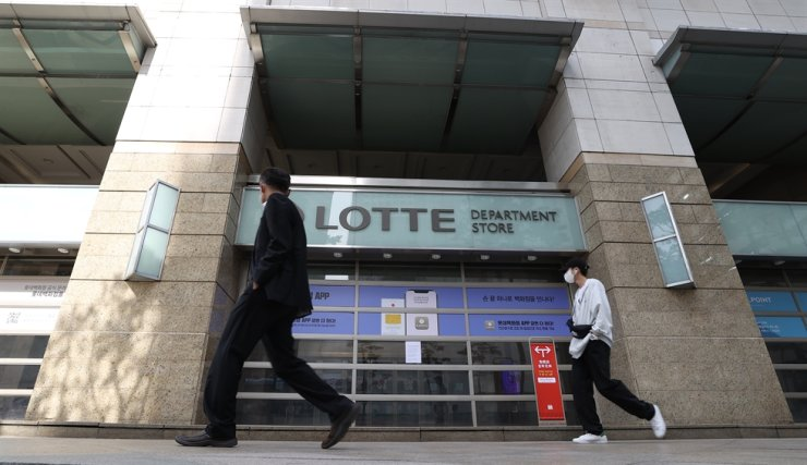 Lotte Department Store's main branch in Seoul's Jung District is shut down on Thursday after customers who recently visited the mall's underground section selling foods have been tested positive to COVID-19. Yonhap
