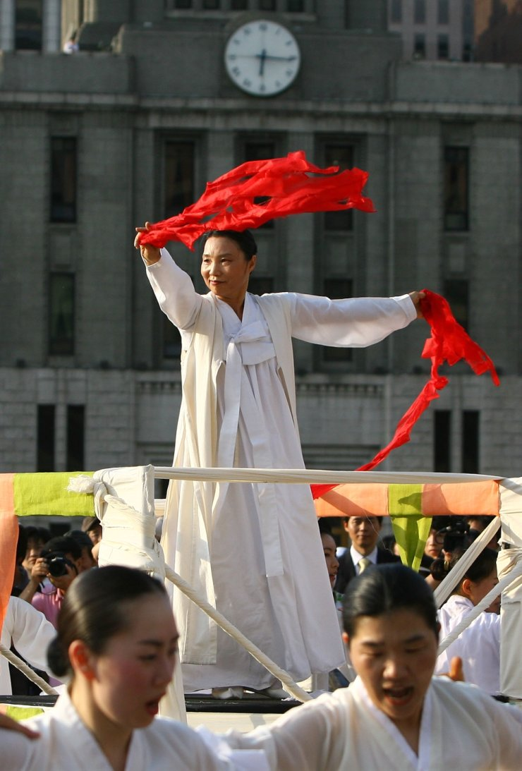 Lee Ae-ju, a master of religious folk dance Seungmu and chairperson of the Gyeonggi Arts Center, performs at Seoul Plaza on June 9, 2007, during an event to mark the 20th anniversary of the death of Lee Han-yeol, a student activist who died after being hit by a tear gas canister fired by riot police in July 1987. Lee Ae-ju, a master of religious folk dance Seungmu and who is famous for performing at pro-democracy protests, died of cancer, Monday. She was 73. Yonhap
