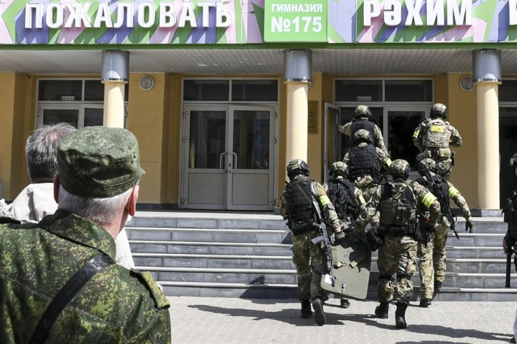 In this photo released by Tatarstan Presidential Press Service, Russian police special unit near the scene at a school after a shooting in Kazan, Russia, Tuesday. AP-Yonhap