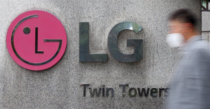 The company logo of LG Group is seen at the main entrance of its headquarters on Yeouido, Seoul, in this undated photo. An LG affiliate, LG Chem will invest in the Korea Battery & ESG (KBE) Fund to be managed by IMM Credit Solution in support of secondary battery technologies and environmental, social and corporate governance (ESG)-related businesses. Korea Times file