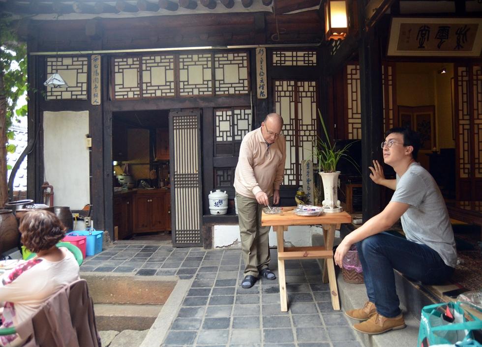 Peter Bartholomew sits in the courtyard of his hanok home in northeastern Seoul, Sept. 15, 2016.  Courtesy of Jon Dunbar