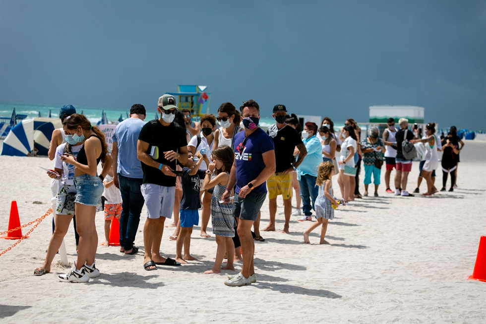 People check in to get a Johnson & Johnson COVID-19 vaccine at a pop-up vaccination center at the beach in South Beach, Fla., May 9. AFP-Yonhap