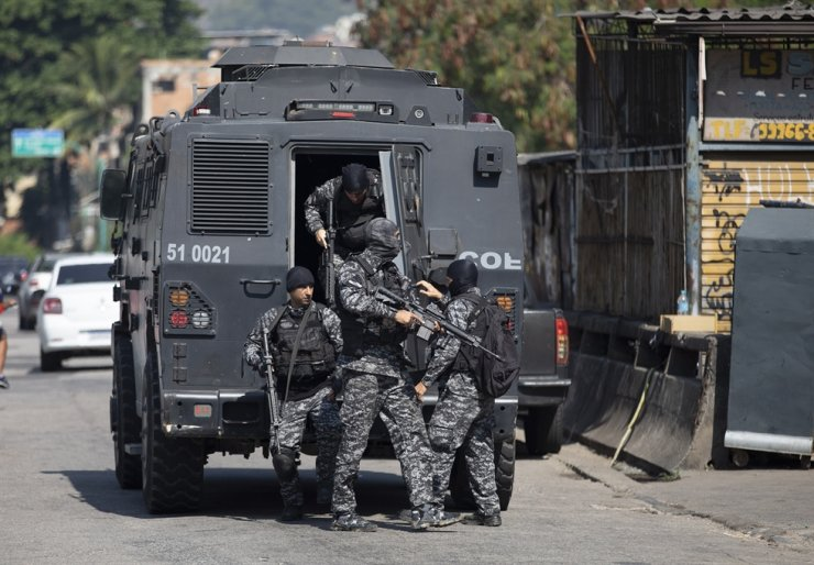Police get out of an armored vehicle during an operation against alleged drug traffickers in the Jacarezinho favela of Rio de Janeiro, Brazil, Thursday, May 6, 2021. AP-Yonhap