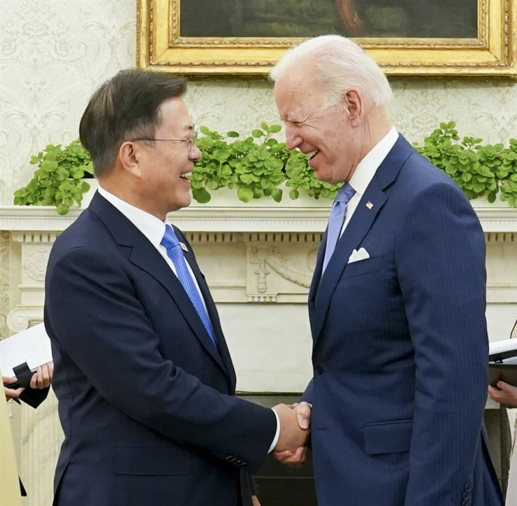 President Moon Jae-in and his U.S. counterpart President Joe Biden shake hands during their meeting at the White House, Friday (local time). Yonhap