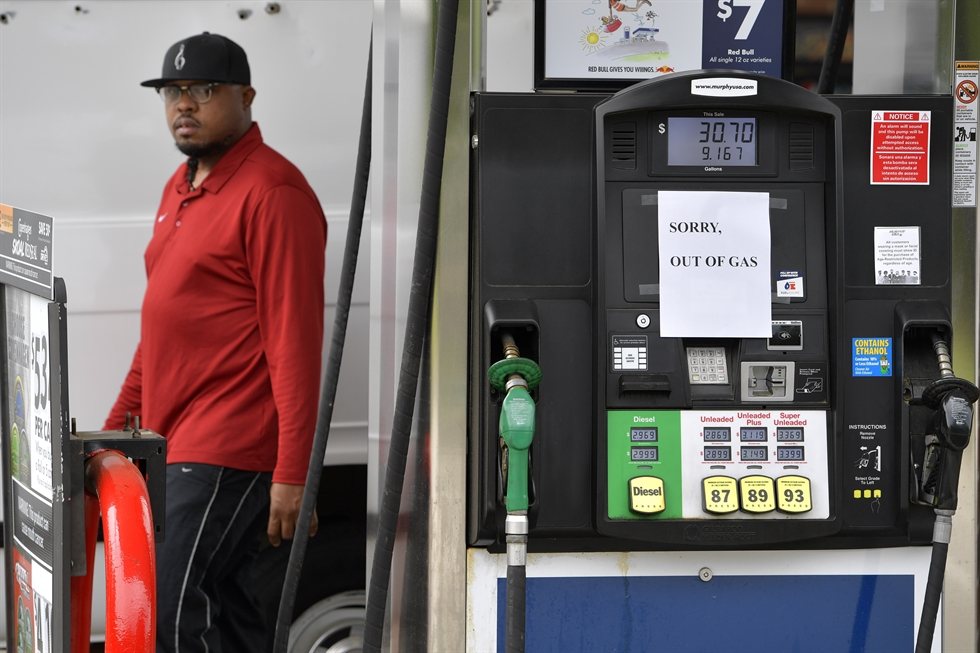 Cars line up to fill their gas tanks at a COSTCO on Tyvola Road in Charlotte, N.C., May 11. Fears the shutdown of a major fuel pipeline would cause a gasoline shortage led to some panic buying and prompted U.S. regulators to temporarily suspend clean fuel requirements in three eastern states and the nation's capital. AFP-Yonhap