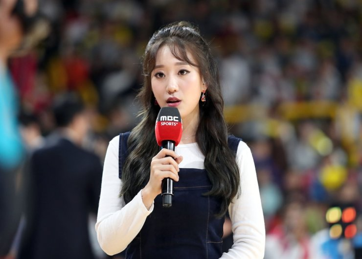 In this 2017 file photo, sportscaster Park Sin-young reports about a basketball game between Changwon LG Sakers and Seoul Samsung Thunders, at Changwon Gymnasium, South Gyeongsang Province. Yonhap