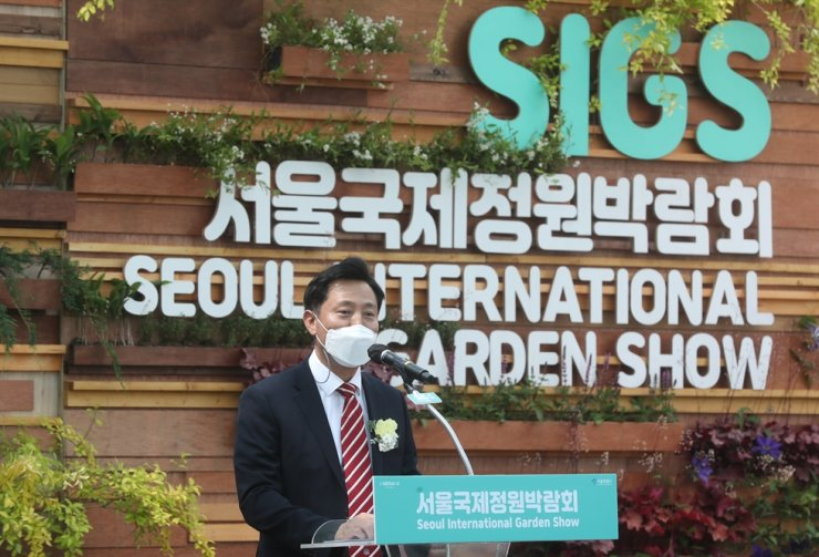 Seoul Mayor Oh Se-hoon speaks during the opening ceremony of the Seoul International Garden Show at Sohn Kee Chung Sports Park in Seoul, Friday. Yonhap