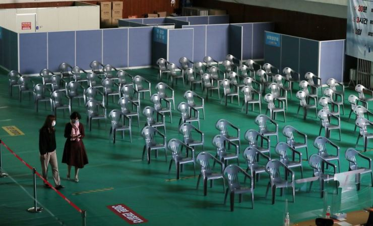 Seats are empty at a public vaccination center in Gwangju, Monday, following the health authorities' earlier decision to halt temporarily giving first shots of the Pfizer anti-COVID-19 vaccine in order to carry out inoculations for those scheduled for second shots. Yonhap