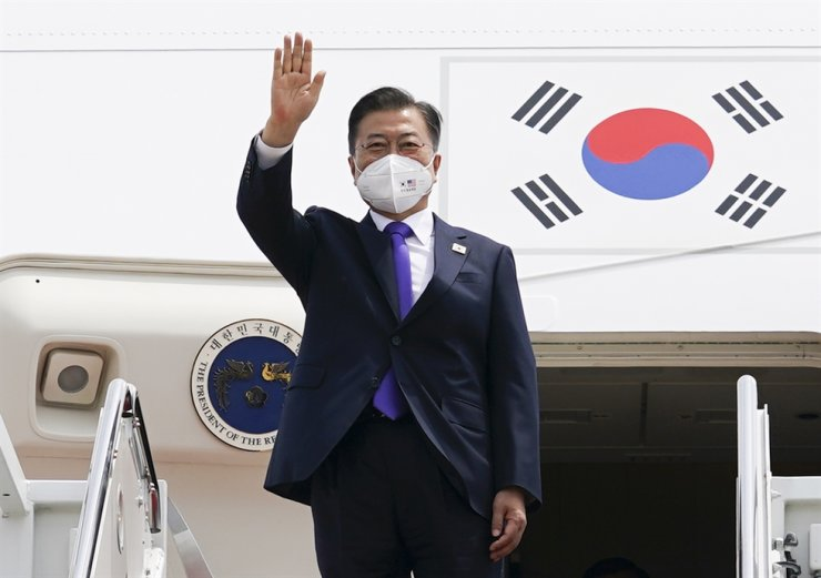 South Korean President Moon Jae-in waves before boarding his Air Force One at Joint Base Andrews in Maryland, the U.S., to depart for Hartsfield-Jackson Atlanta International Airport on May 23. Yonhap