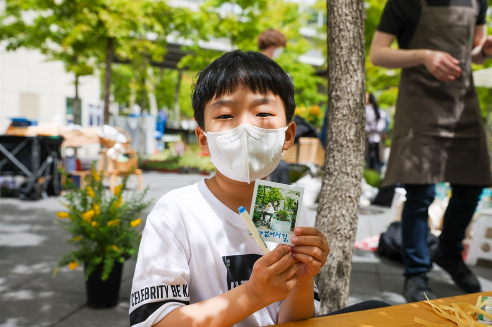 Children participate in the 'Global Family Garden' event hosted by the Seoul Metropolitan Government in Mallidong Square, Seoul, Sunday. The event was part of the Seoul International Garden Show, scheduled from May 14 to 20. Yonhap