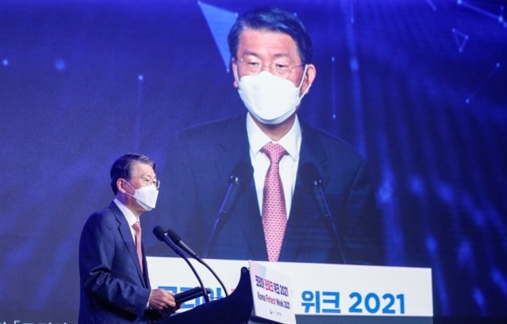 Financial Services Commission Chairman Eun Sung-soo speaks during the opening ceremony of Korea Fintech Week 2021 in Seoul, Wednesday. Yonhap