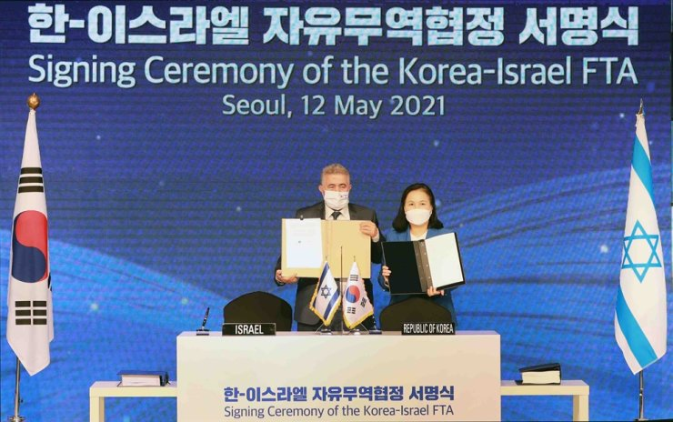 Israeli Minister of Economy Amir Peretz, left, and Korean Minister of Trade, Industry and Energy Yoo Myung-hee, pose for a photo after signing a free trade agreement between the two countries at Lotte Hotel Seoul, Wednesday. Courtesy of Ministry of Trade, Industry and Energy