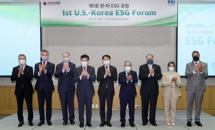 Federation of Korean Industries (FKI) Vice Chairman and CEO Kwon Tae-shin, sixth from left, and AMCHAM Chairman and CEO James Kim, fourth from left, pose with other dignitaries during the 1st U.S.-Korea ESG Forum, hosted by the FKI at its headquarters in Seoul, Thursday. Yonhap