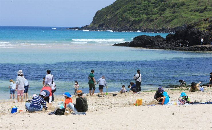 Visitors at Hamdeok Beach in Jeju Island on Children's Day on May 5 / Yonhap