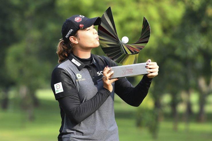 Ariya Jutanugarn of Thailand kisses her trophy during the award ceremony after winning the LPGA Honda Thailand golf tournament in Pattaya, Sunday. AP-Yonhap