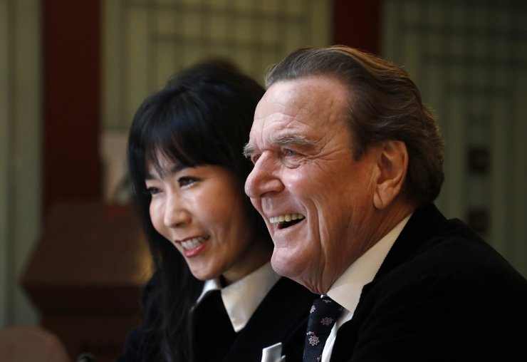 Former German Chancellor Gerhard Schroeder and his Korean wife Kim So-yeon answer to reporters' questions in a press conference in Seoul to announce their plan for marriage in this Jan. 25, 2018 photo. Korea Times file
