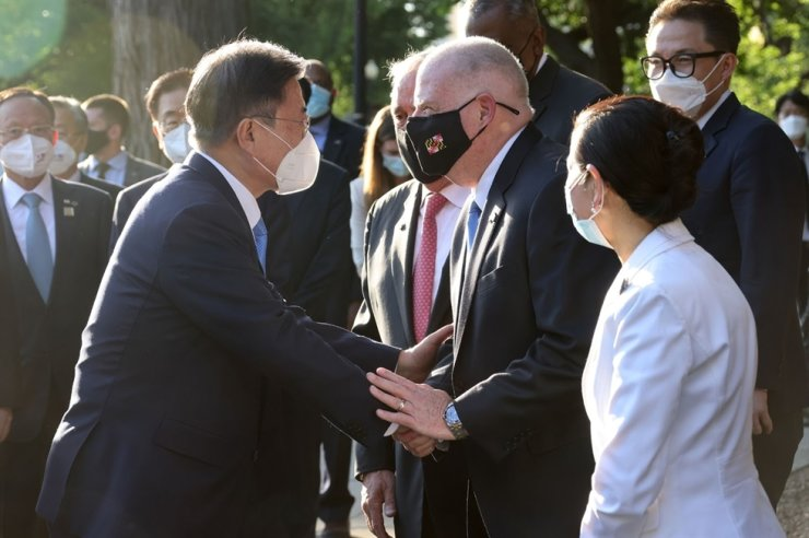 Maryland Governor Larry Hogan, center, greets President Moon Jae-in during a groundbreaking ceremony for the Wall of Remembrance at the Korean War Veterans Memorial in Washington, D.C., May 21 (local time). On right is Hogan's wife, Yumi Hogan. Captured from Maryland government website