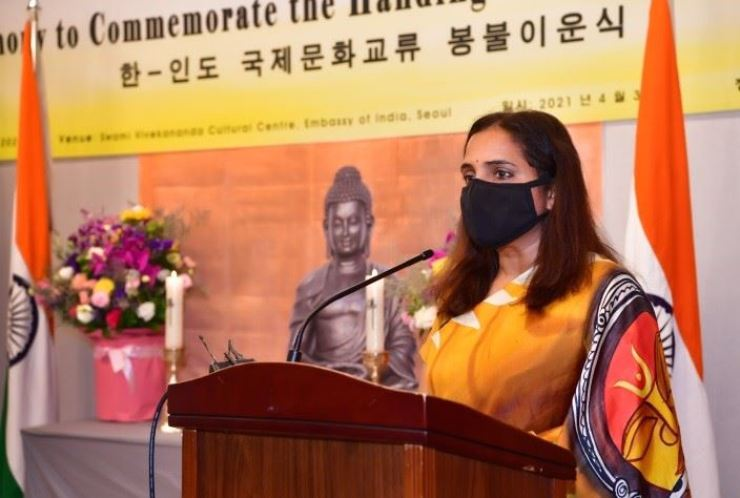 Ambassador of India to Korea Sripriya Ranganathan makes a congratulatory speech at the Buddhist statue handing-over ceremony at the Swami Vivekananda Cultural Centre of the Embassy of India in Seoul, Friday. Courtesy of the Indian Embassy to Korea