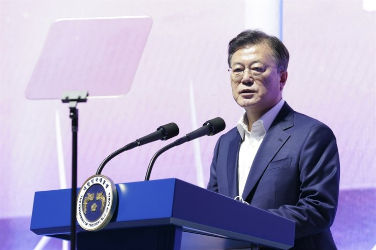 President Moon Jae-in delivers a speech during a policy briefing session on the scheme to create a 6GW floating offshore wind power complex by 2030, at the New Industrial Complex for 3D Printing in Ulsan, Thursday. Yonhap