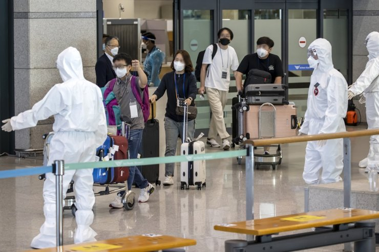Korean nationals from India arrive at Incheon International Airport, Sunday. The government has dispatched special flights to India to bring back Korean residents as COVID-19 infections there spread rapidly. Yonhap