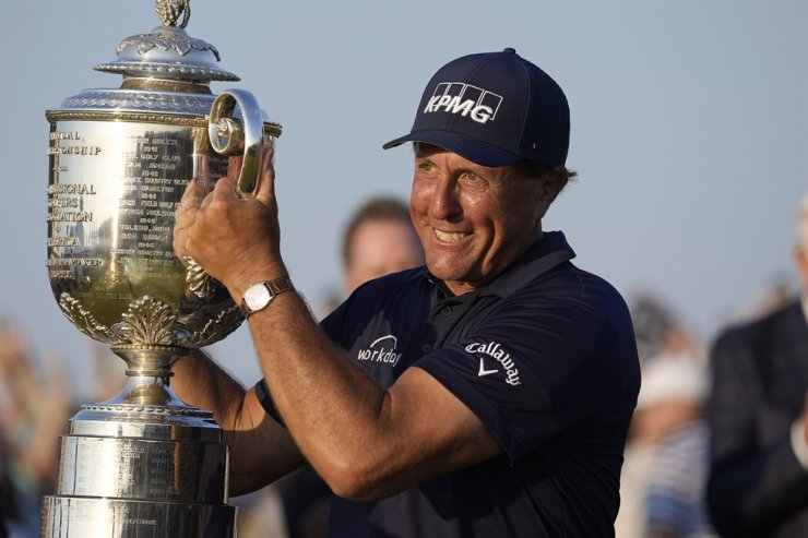 Phil Mickelson holds the Wanamaker Trophy after winning the PGA Championship golf tournament on the Ocean Course in Kiawah Island, S.C., May 23. AP-Yonhap
