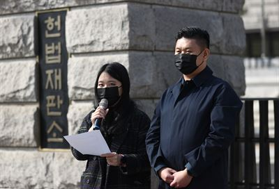 Members of activist groups, including Political Mamas and the Korean Hanbumo Association, hold a press conference in front of KBS in Yeouido, Seoul, April 14, to protest discrimination against single parents. This issue came up after the broadcaster decided to have Japanese TV personality Sayuri Fujita, who became an unmarried mother by choice, appear on a childcare program. Korea Times photo by Lee Yu-ji