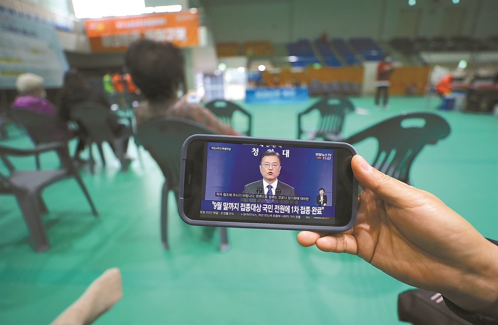 President Moon Jae-in speaks during a press conference at Cheong Wa Dae, Monday. Joint press corps