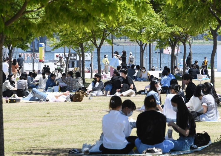 People relax at Yeouido Han River Park in Seoul, May 9. Korea Times photo by Bae Woo-han